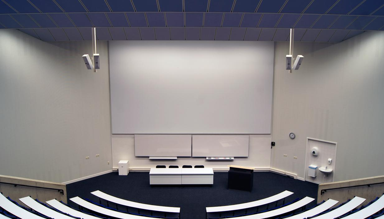 Auditorium met high end projectie, crestron bediening